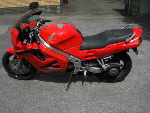 Honda VFR750 RC36 2 in rot mit Ersatzteile und 2 Jahre TÜV.