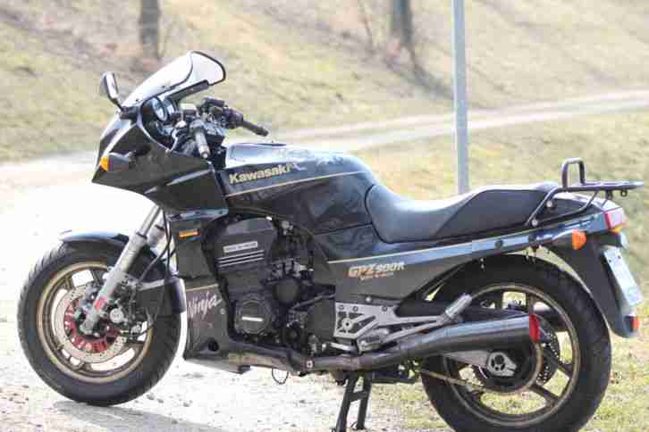 GPZ900R Ninja in Schwarz Gold in